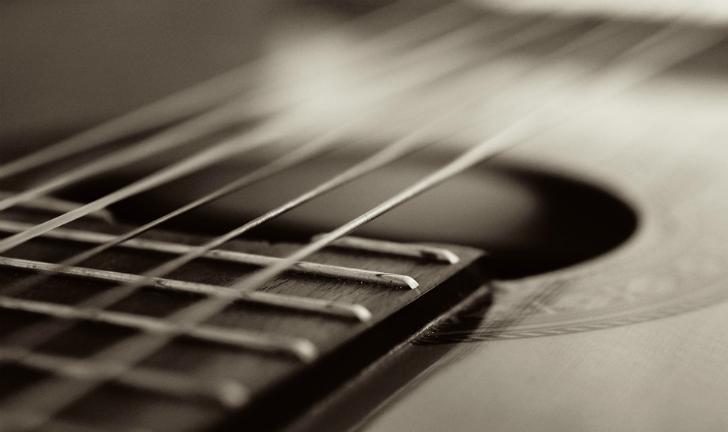 Como colocar corda no violão?