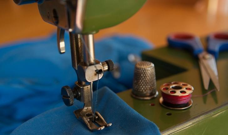 Como colocar linha na máquina de costura?