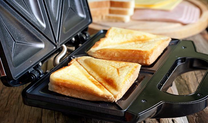 Como limpar a sanduicheira corretamente?
