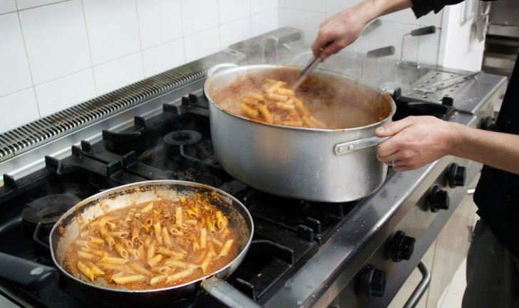 Quais as vantagens e desvantagens de um fogão industrial?