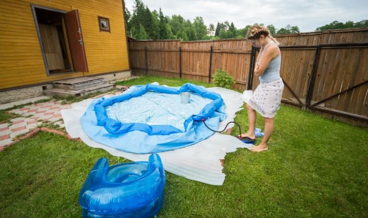 Qual a melhor superfície para montar a piscina inflável?