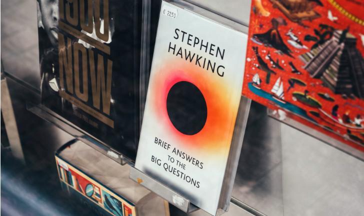 Stephen Hawking: conheça 5 livros do autor e cientista