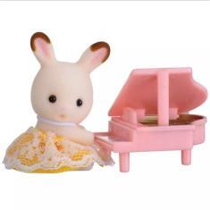 Imagem de Boneca Sylvanian Families Bebê Coelho Chocolate com Piano Epoch