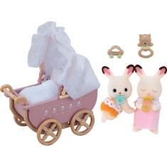 Imagem de Boneca Sylvanian Families Bebês Gêmeos Coelho Chocolate e Carrinho de Bebê Epoch