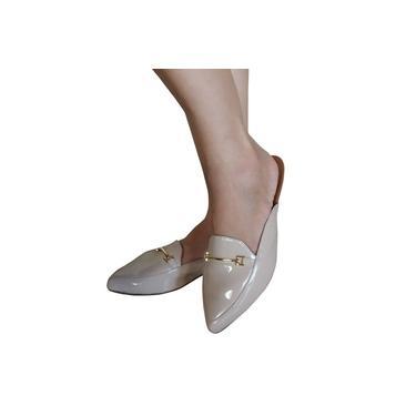 Sapato Mulle Feminino Bege Verniz com Detalhe Metal Dourado