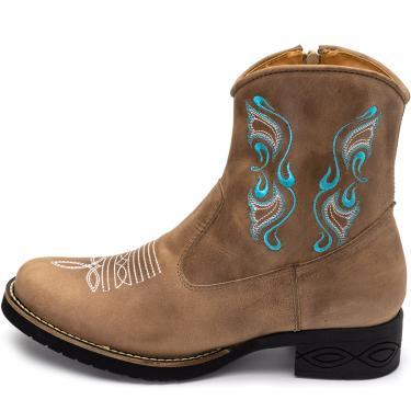 Bota Texana Conforto Pierrô cano médio salto baixo couro cor areia com bordados brancos e azuis  feminino