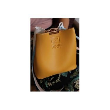Bolsa feminina Saco/Baú COURO c/3 estilos de usar tamanho médio Cor Amarela/Branco Acompanha Necessaire