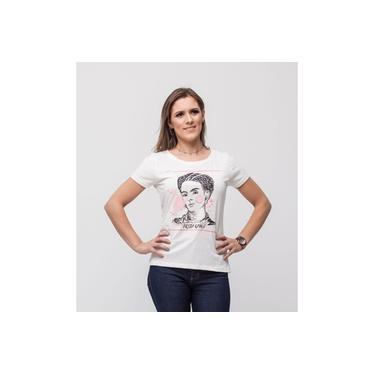 Camiseta feminina Frida Kahlo, da marca Sheth, modelo slim, na cor off-white, mais acinturado ao corpo.